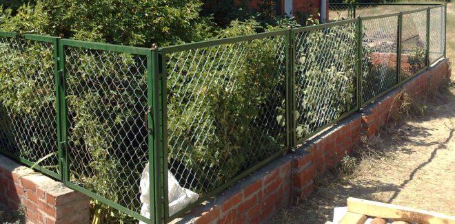 Садовые ограждения - фото Металлическая изгородь из сетки