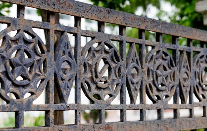 Садовые ограждения - фото Литой чугунный забор для сада