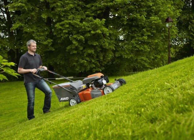 Заднеприводные газонокосилки оправдывают себя на участках с уклонами – с ними здесь работать намного легче