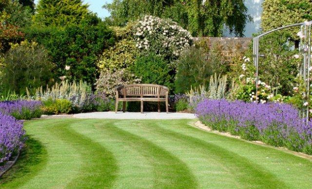 Если у вас небольшой двор с достаточным количеством препятствий – скамеек, дорожек, камней, оград, − выбирайте переднеприводную газонокосилку