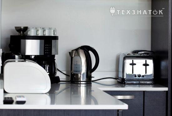 металлический чайник в интерьере