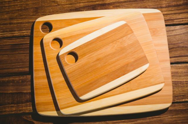 Доски разделочные - фото На кухнях общественного питания обычно используется не менее двенадцати досок, ну а минимальный набор для домашней кухни — три доски