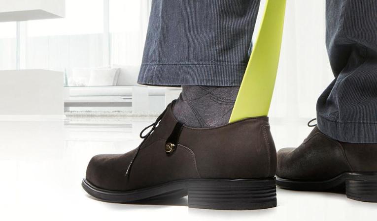 Рожки (ложки) для обуви - фото Человек надевает ботинки
