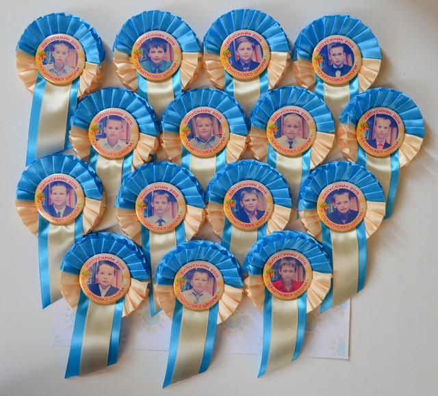 Значок Выпускник с фотографией и розеткой Бежево-голубая - фото 1