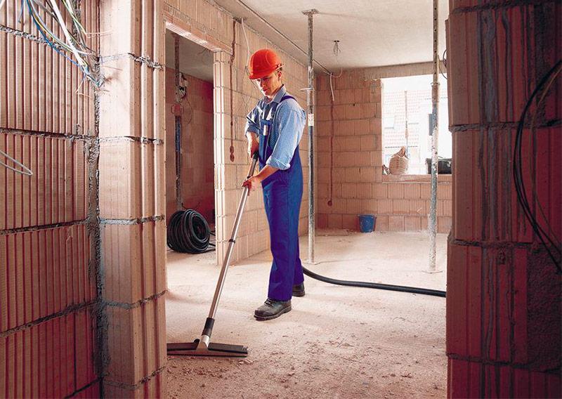 Профессиональные пылесосы - фото Уборка помещения при помощи строительного пылесоса