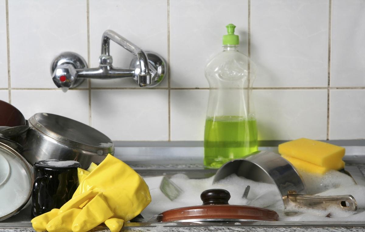 Сковороды с покрытием гранит - фото Фото посуды в раковине